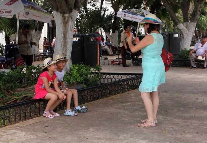 Familias de diversas partes del país que llegan para vacacionar y aprovechan para pasear en el centro de Mérida. (Milenio Novedades)