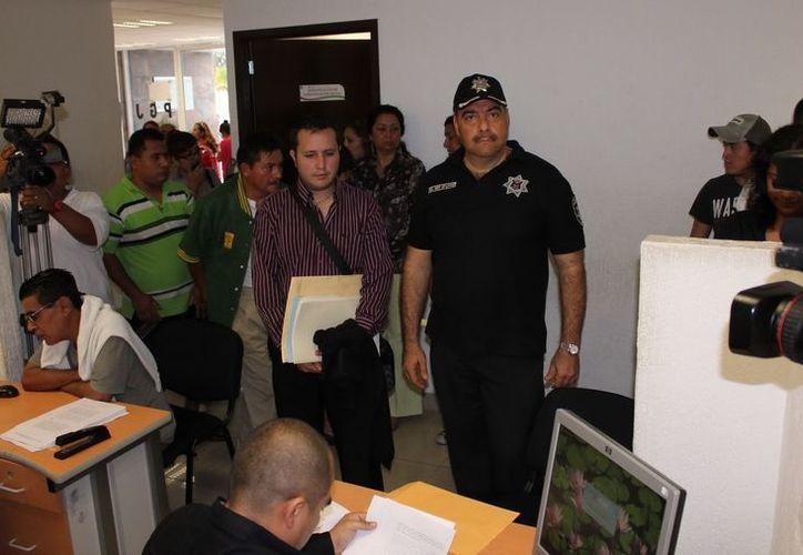 """Jesús Aiza Kaluf llegó acompañado de su representante legal para entregar su declaración por escrito sobre el caso de las recientes detenciones """"ilegales"""". (Redacción/SIPSE)"""