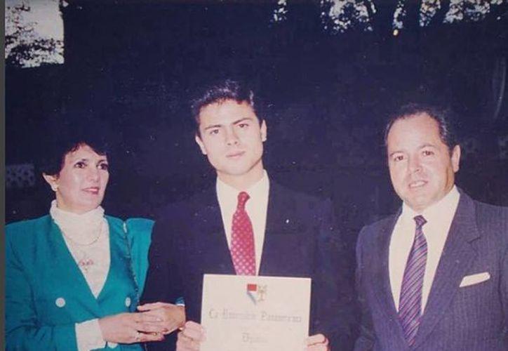 Imagen del presidente Peña Nieto junto a sus padres mientras muestra su diploma de la universidad. (instagram.com/penanieto)