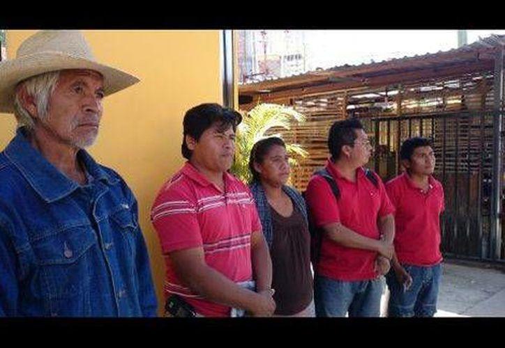 Otras razones por las que habitantes de Atliaca, Guerrero, quieren retirar al sacerdote Carlos Crestino es porque él quiere erradicar usos y costumbres locales, y bebe licor con catequistas. (Milenio)