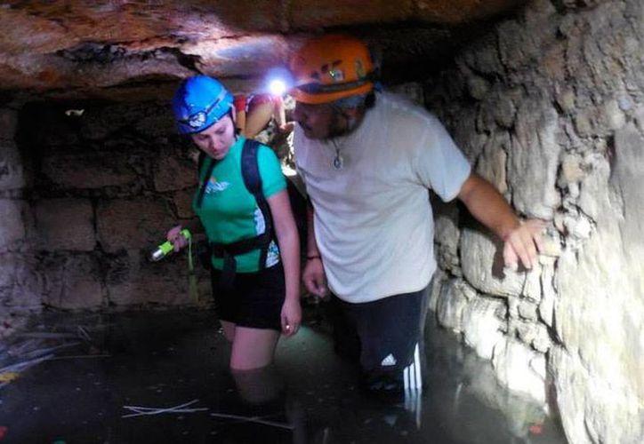 Espeleólogos exploran el cuerpo de agua (cenote) hallado bajo el mercado municipal 'Lucas de Gálvez' de Mérida. (Milenio Novedades)