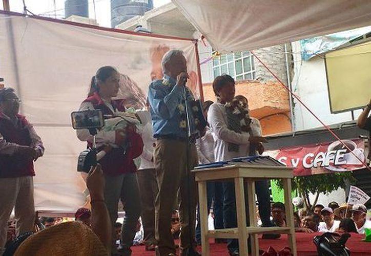 En el mitin en el que entregó una copia de la 'carpeta azul' a cada uno de los medios de comunicación presentes en el evento. (Foto: Rafael Montes)