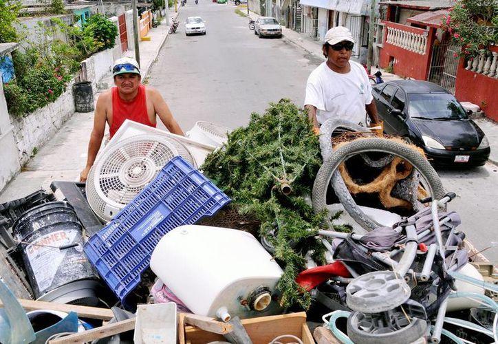 Sindicato de Volqueteros aportó unidades para hacer la recolecta de los cacharros. (Cortesía/SIPSE)