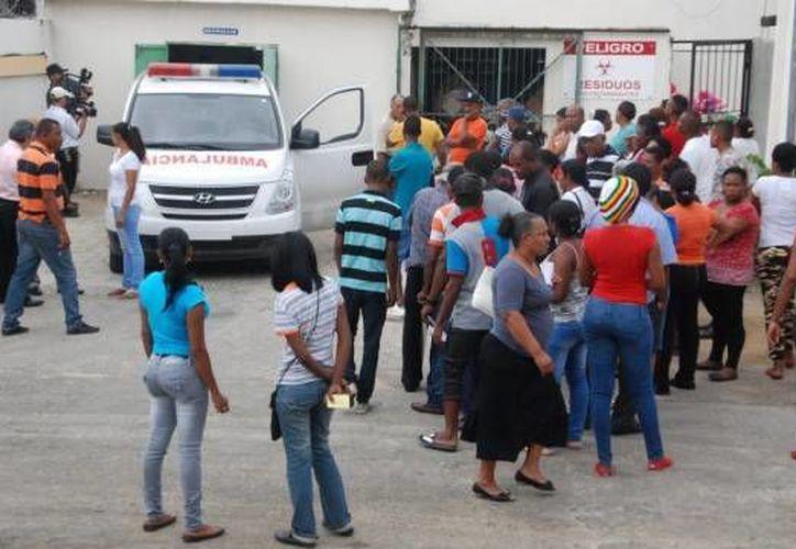 Familiares de las muertos esperan la entrega de los cadáveres. (Nehemías Alvino/diariolibre.com)