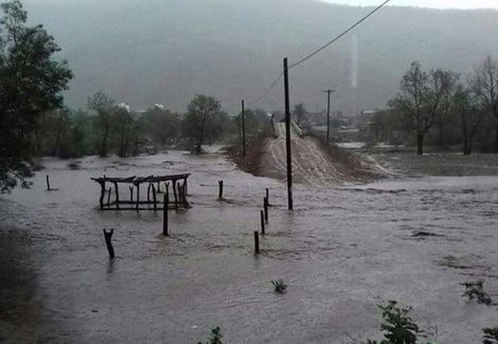 Luego de las lluvias provocadas por la tormenta 'Beatriz' cinco comunidades permanecen incomunicadas. (Milenio.com)