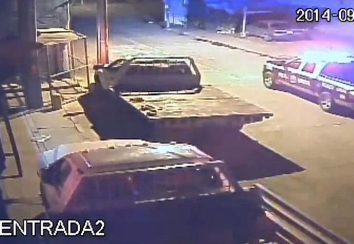 Los hechos ocurrieron el pasado 27 de septiembre durante la noche y quedaron grabados en una cámara de seguridad. (Captura de pantalla/YouTube)