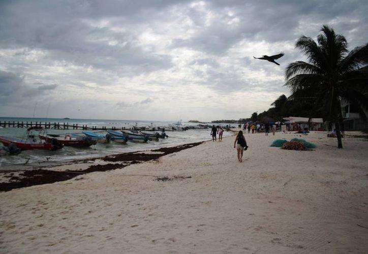 Debido a las malas condiciones climáticas el puerto fue cerrado a la navegación y hubo poca afluencia de visitantes en la costa de Playa del Carmen. (Octavio Martínez/SIPSE)