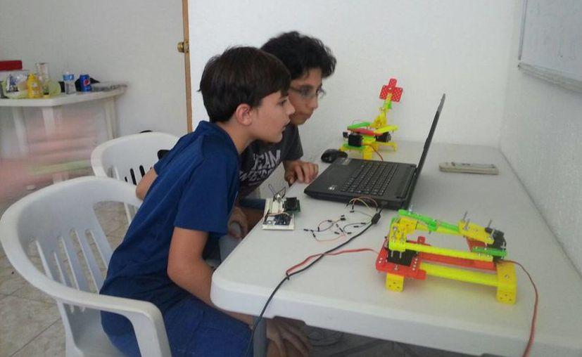 Los niños aprenderán a clasificar las piezas, en dónde se colocan y para qué sirven. (Israel Leal/SIPSE)