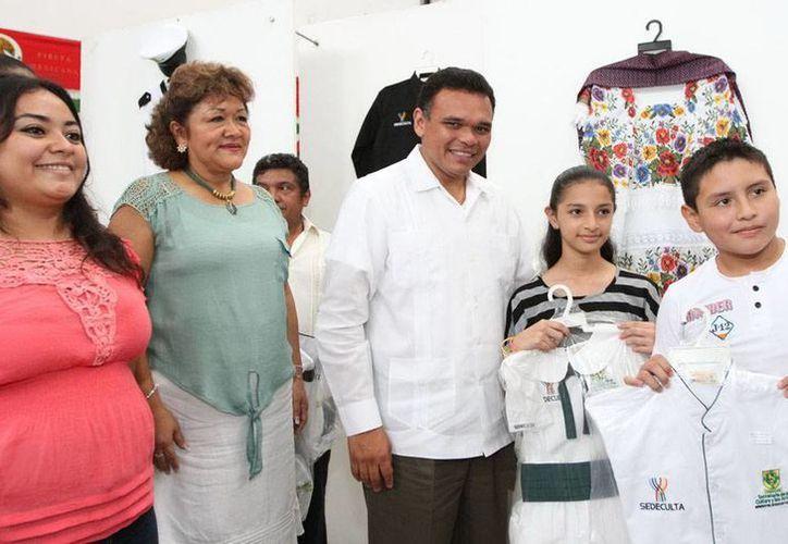 El Gobernador entregó uniformes a los integrantes de grupos artísticos del Estado. (Cortesía)