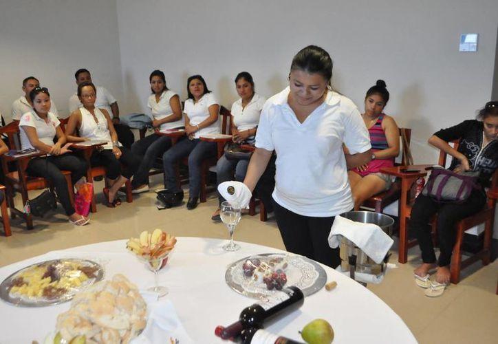 Los hoteleros realizarán un programa de capacitación en servicio al turismo a estudiantes y profesores de nivel medio superior y superior.  (Adrián Barreto/SIPSE)