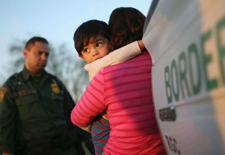 """El gobernador republicano calificó como """"cruel e inhumana"""" la política de separar a los niños. (Internet)"""