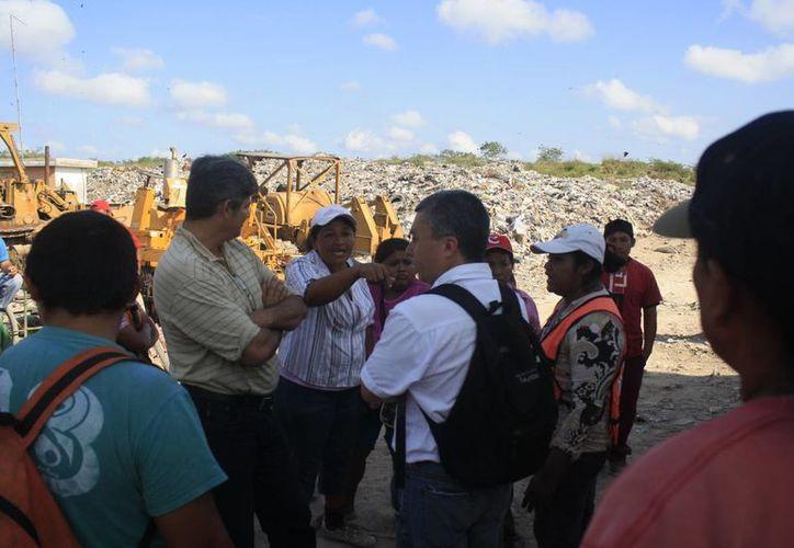 Pepenadores han manifestado su rechazo a las nuevas medidas interpuestas por la empresa Comerspro del Pacifico. (Harold Alcocer/SIPSE)