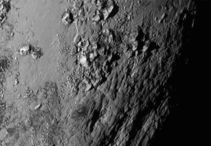 Esta es una las fotos que la nave de NASA, New Horizons, le tomó  al planeta Plutón al pasar a 12,400 kilómetros de distancia. Es un hecho histórico. (Foto: AP)