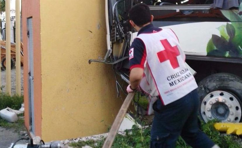 El chofer fue rescatado dentro del camión. (Eric Galindo/SIPSE)