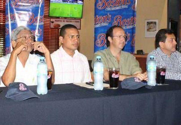 Miembros del comité elector del Salón de la Fama, con regidores y el representante de un restaurante. (Milenio Novedades)