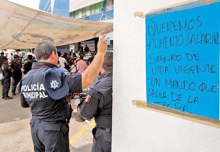 Las autoridades acordaron analizar el pliego petitorio de los municipales acapulqueños. (Excélsior)