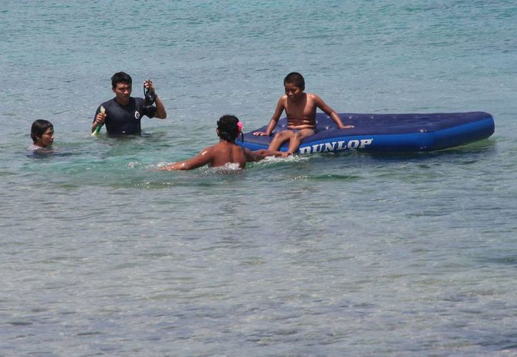 Turistas disfrutas de las aguas de la isla. (Julián Miranda/SIPSE)