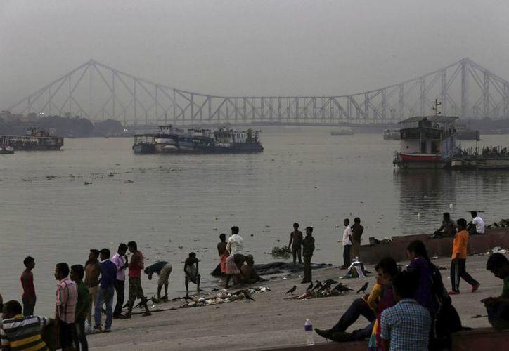 La mayoría de los cuerpos hallados en el cauce del río Ganges, sagrado para el hinduísmo, corresponden a personas jóvenes. (EFE)