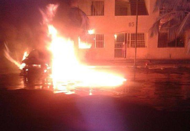 El incendio se registró en el fraccionamiento Galaxias Puerto Cancún. (Eric Galindo/SIPSE)