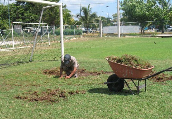 Remodelan la cancha La Antena para recibir el año con un buen campo. (Raúl Caballero/SIPSE)