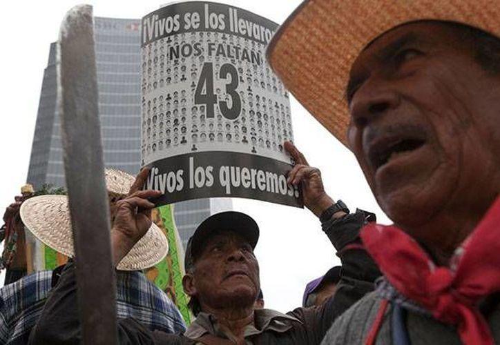 Desde la desaparición de los 43 normalistas se han realizado diversas marchas para presionar a las autoridades y den una respuesta sobre el paradero de los estudiantes. (Archivo/AP)