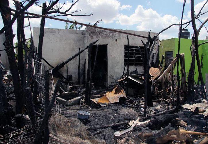 El incendio acabó con todas las pertenencias de la familia, en el fraccionamiento Santa Cruz. (Jorge Pallota/Milenio)
