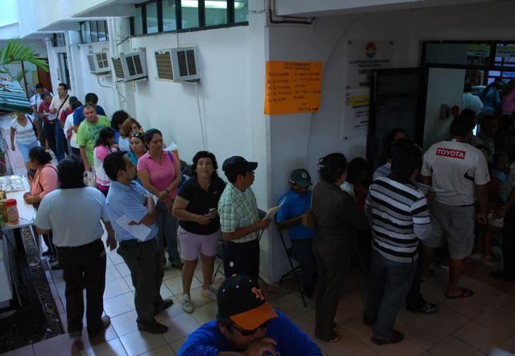 El 24 y 31 de diciembre habrá en cajas personal de guardia para recibir los pagos de 9 a 1 de la tarde. (Tomás Álvarez/SIPSE)