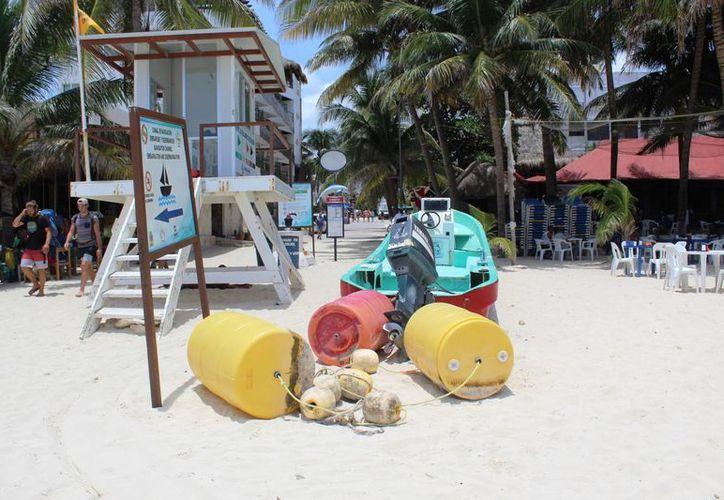 Las boyas adquiridas en 2014 para protección de los bañistas de Playa del Carmen aún siguen en la arena. (Octavio Martínez/SIPSE)