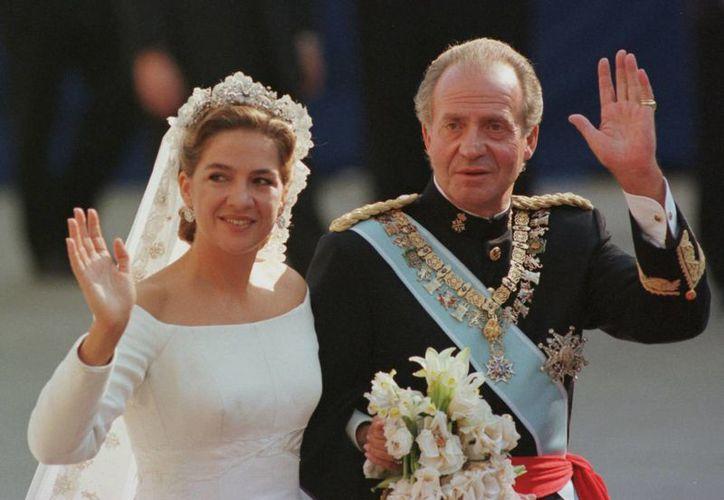 La infanta Cristina acompañada por su padre, el rey Juan Carlos, el día de su boda con Iñaki Urdangarin el 4 de octubre de 1997 en la catedral de Barcelona. (Agencias)