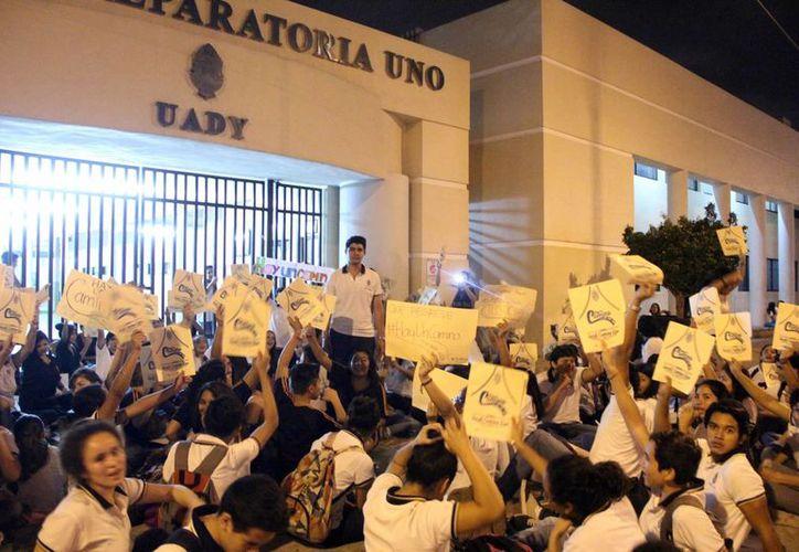 Numerosos alumnos de la Prepa 1 manifestaron su inconformidad en la puerta de las instalaciones escolares. (Milenio Novedades)