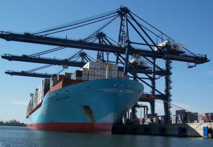 La mitad de las operaciones en el puerto de Lázaro Cárdenas corresponden a actividades comerciales, y la otra mitad a actividades industriales.(notariapublica166.com)
