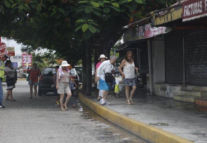 El 70% de los visitantes llega a Cancún con su dinero exacto. (Redacción/SIPSE)