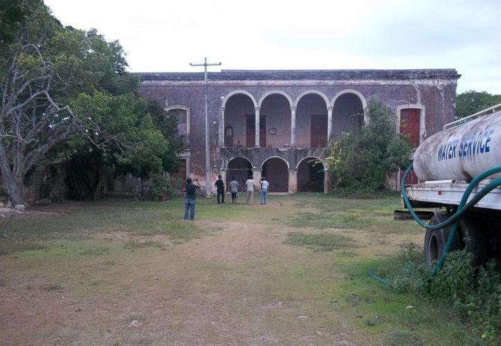 Fachada de la exhacienda de San Isidro Kuxub en el municipio de Baca. (Jorge Moreno/SIPSE)