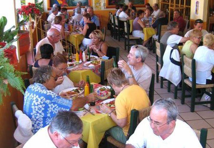 : Los ciudadanos que no tienen familiares en este destino turístico prefirieron visitar los restaurantes y los centros nocturnos, mismos que ofertan paquetes especiales por las fechas navideñas. (Redacción/SIPSE)