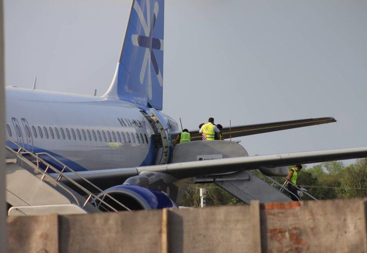 En medio de un discreto operativo, dos de los indocumentados partieron a la ciudad de México en un vuelo comercial. (Harold Alcocer/SIPSE)