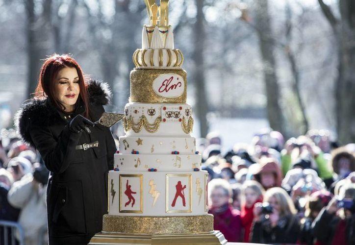 Priscilla Presley corta el pastel conmemorativo por el 80 aniversario de nacimiento de su exesposo Elvis Presley en la Mansión de Graceland. (Fotos: AP)