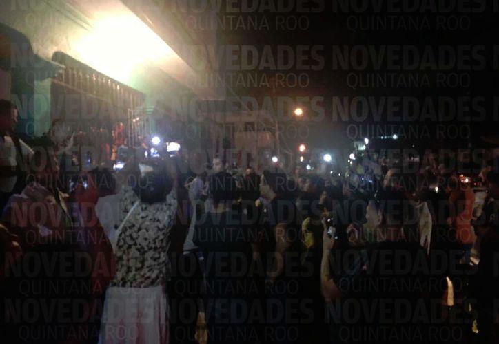 Más de cien personas acudieron esta tarde a la vivienda de #LordNaziRuso en respuesta a sus actos de odio contra mexicanos. (Redacción/SIPSE)