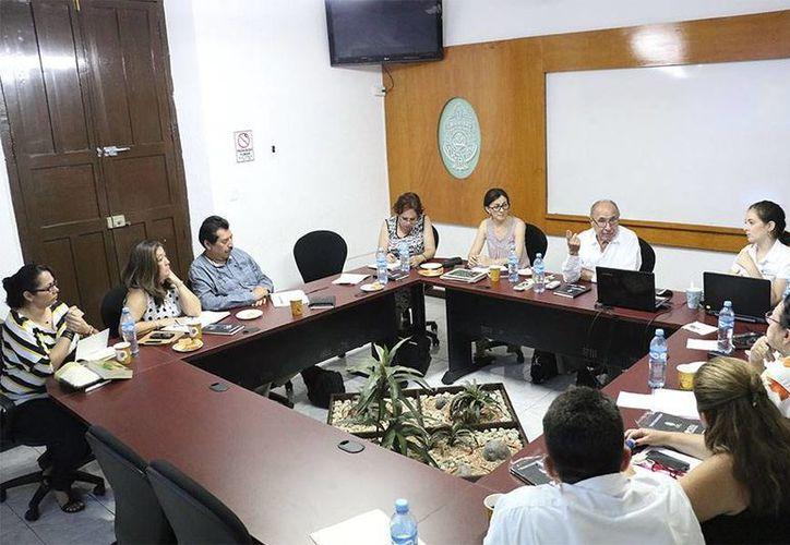 Imagen de la reunión de Víctor Martín Fiorino, también consultor del Orsalc, con académicos participantes en los proyectos sociales de la Uady. (Milenio Novedades)