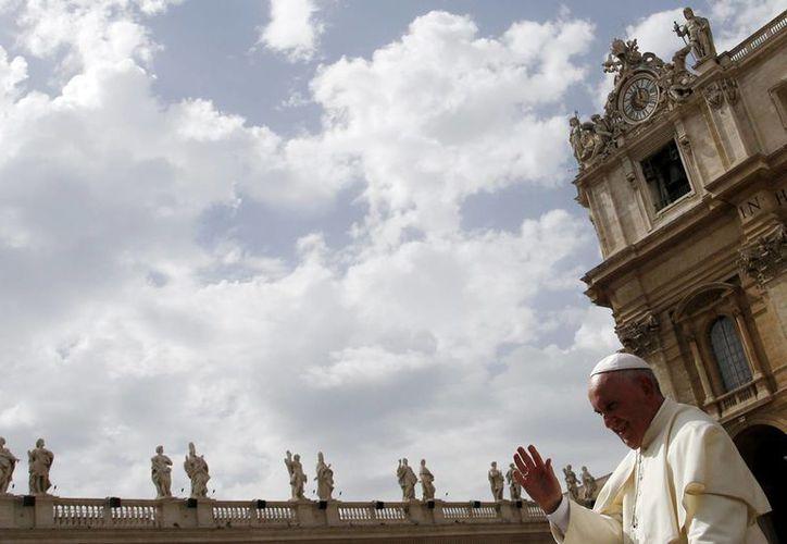 El Papa Francisco da su bendición al final de la audiencia general semanal en la Plaza de San Pedro, este miércoles, en el Vaticano. (Foto AP/Gregorio Borgia)
