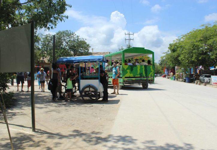 Quienes venden cocos ven en los comerciantes callejeros una competencia. (Sara Cauich/SIPSE)