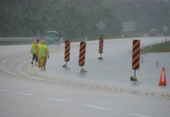 El tramo carretera federal fue abanderado ayer por personal contratado por la SCT. (Manuel Salazar/SIPSE)