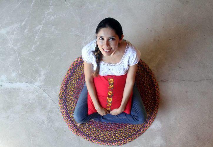 Adina Zureiby Benois Delgado creo la empresa Lu'um Há para compartir el trabajo de las mujeres yucatecas. (César González/Milenio)
