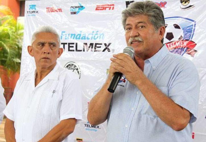 Manuel Martín, presidente de Afeyac, al anunciar la Copa Telmex. (der)