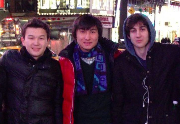 Los dos estudiantes kazajos junto a Dzhokhar Tsarnaev. (Agencias)