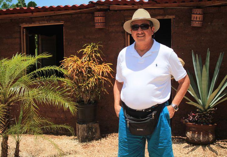 Daniel Guerrero, alcalde del municipio San Pedro, en Belice, visitó la primera casa hecha con blocks de sargazo.  (Stephani Blanco/SIPSE)