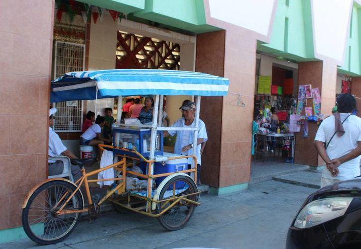 Al menos 50 vendedores se han colocado sobre la avenida, lo que representa competencia desleal para empresarios establecidos. (Ángel Castilla/SIPSE)