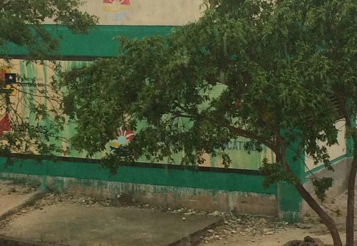 La pintura de la escuela se deslavó debido a las lluvias. (Redacción/SIPSE)