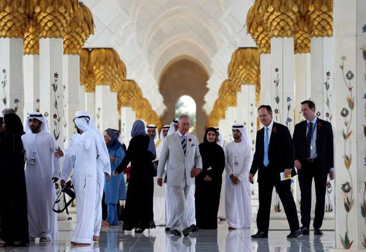 El príncipe Carlos de Gran Bretaña visita la Gran Mezquita Jeque Zayed en Abu Dhabi, Emiiratos Arabes Unidos, este domingo. (AP Foto/Kamran Jebreili)