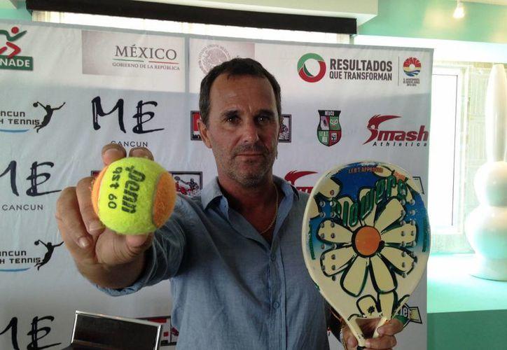 En conferencia de prensa, Mariano Errecalde, Presidente de la Federación Internacional de Beach Tenis en México, dio a conocer detalles dela justa deportiva. (Redacción/SIPSE)