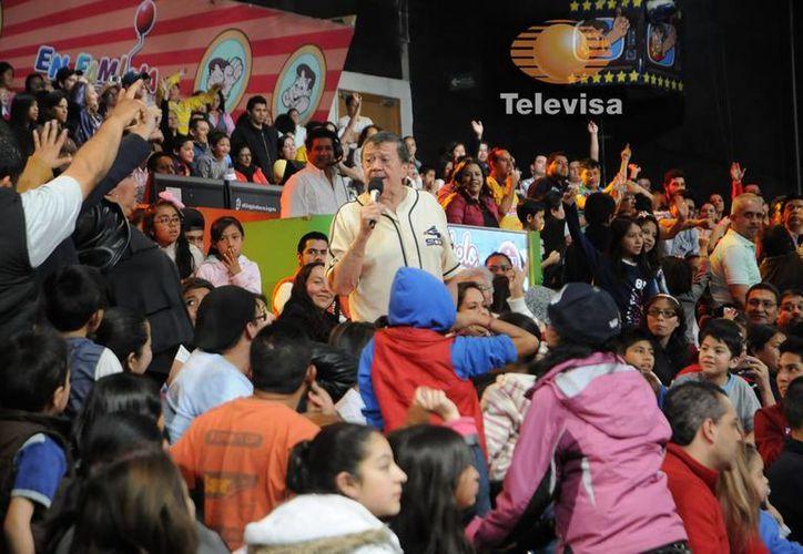 Chabelo celebró con su público y con directivos de Televisa los 46 años de transmisiones dominicales ininterrumpidas de 'En familia con Chabelo'. (televisa.com)